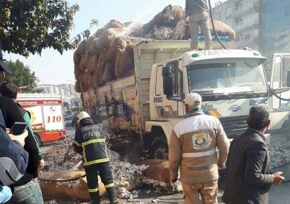 Seyir halindeki pamuk yüklü kamyonda yangın