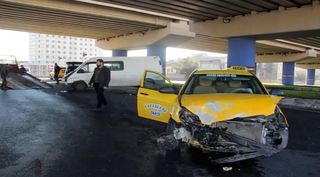 Sırrın Köprülü Kavşağında Kaza, 3 Yaralı