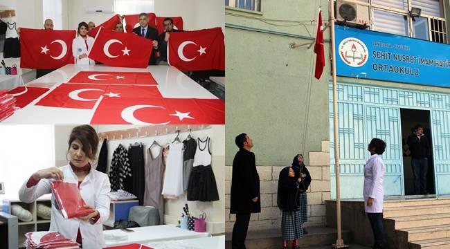 Suriyelilerin Urfa'da Diktiği ilk Türk Bayrağı Göndere Çekildi