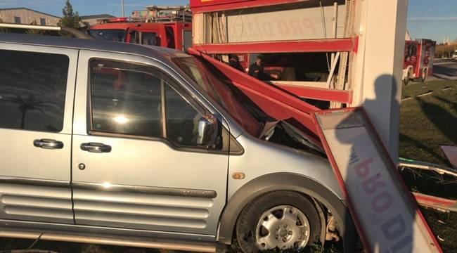Ticari Araç Benzin İstasyonuna Girdi, 5 Yaralı