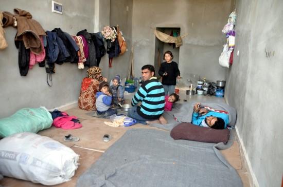 Dükkanlarda yaşayan Suriyelilerin yaşam mücadelesi veriyor
