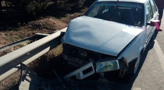 Otomobil Bariyerlere Çarptı, 2'si çocuk, 3 yaralı
