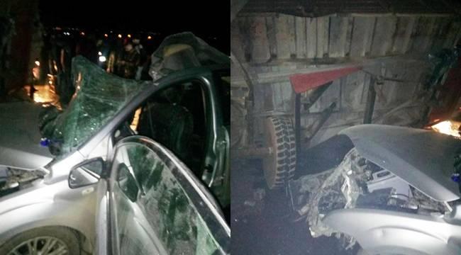 Otomobil traktöre çarptı, 2 ölü, 3 yaralı