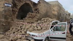 Üzerine duvar yıkılan aracın sürücüsü ölümden döndü
