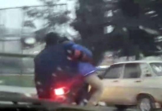 Motosiklette eşya taşır gibi çocuk taşıdı