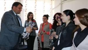 Ayhan, ilk öğretmen kadınlar her türlü değere layıktır