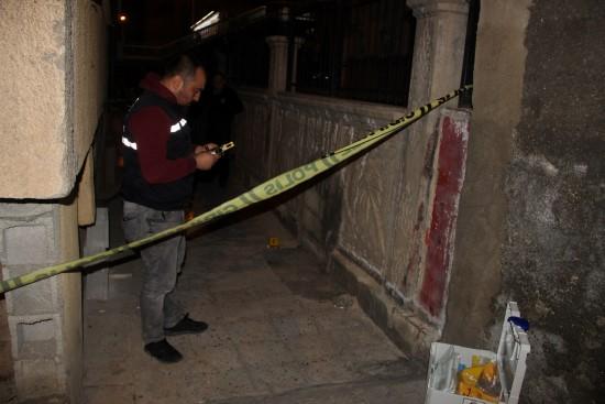 Bodrum katındaki dairede kalanları vurup kaçtı