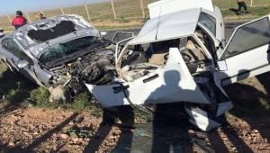 Ceylanpınar'da iki otomobil kafa kafaya çarpıştı