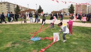 Yüzlerce Çocuk Şehit Arkadaşları İçin Uçurtma Uçurdu