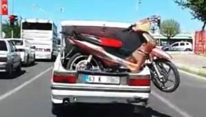Bagajdaki motosikletle tehlikeli yolculuk