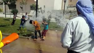 Çocukların Suyla Oyunu Görevliye Zor Anlar Yaşattı