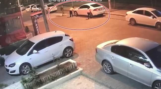 Ellerinde bıçaklarla 11 aracın lastiğini patlattılar