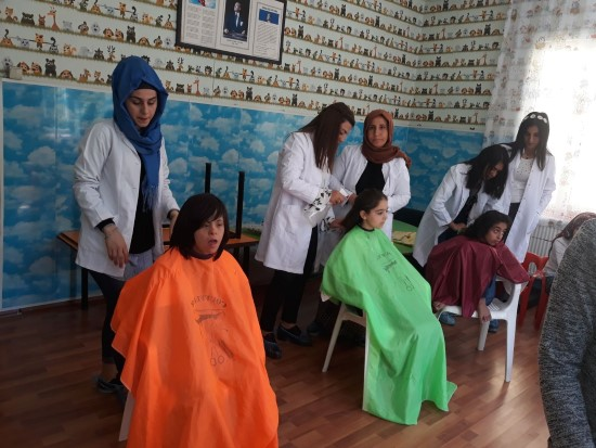 Engelli öğrencilere saç bakımı