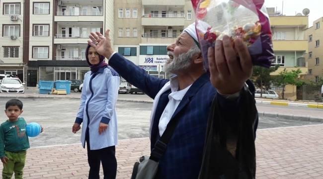 Yolculara Şeker Dağıttı, Dua İstedi