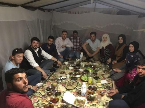 AK Partili gençler tarım işçileriyle iftarda buluştu