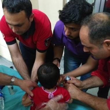 Küçük çocuğun parmağında sıkışan demir halka çıkartıldı
