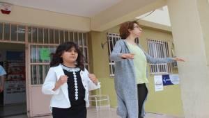 Öğretmeni ile Birlikte 1400 Öğrenciye Koro Şefliği Yapıyor