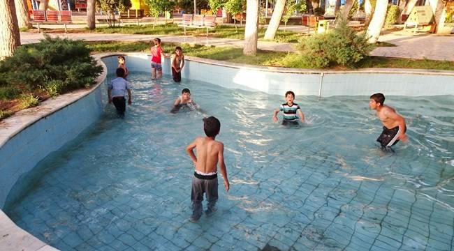 Sıcaklarda Bunalan Çocuklar Süs Havuzlarında Serinliyor