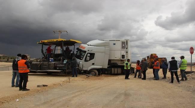 Urfa'da Kontrolden Çıkan Tır İşçilerin Arasına Daldı