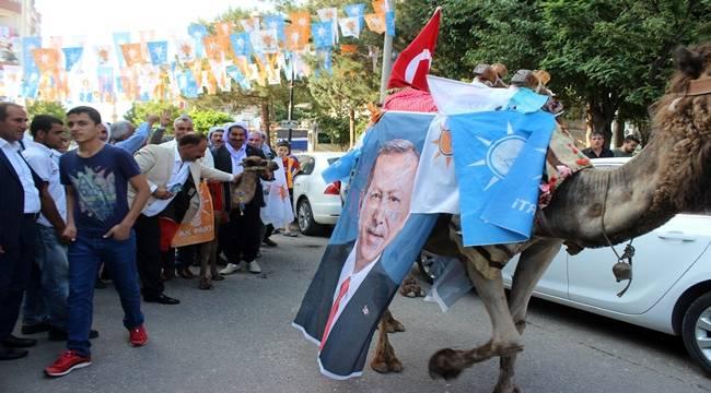 Develeriyle Gezerek Erdoğan İçin Destek İstiyor