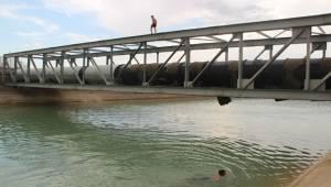 Gençlerin Sulama Kanalında Tehlikeli Serinlemesi
