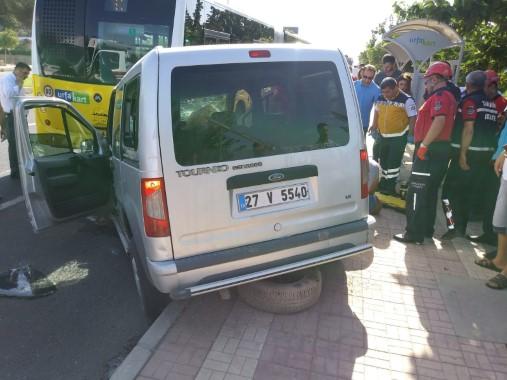 Hafif ticari araç yolcu otobüsüne çarptı: 2 yaralı