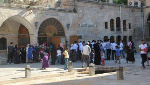 Öğrenciler Balıklıgöl'de namaz kılıp dua etti