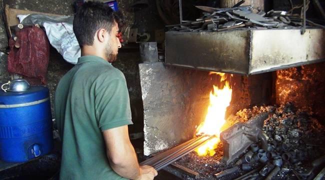 90 Derece'de Demir Bükerek Geçimini Sağlıyor