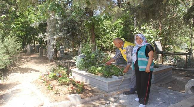 Birecik'te Mezarlığa Kadın Eli Değdi
