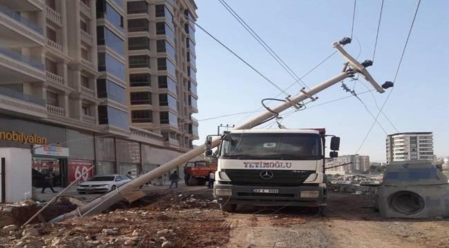 Karaköprü'de 4 Elektrik Direğini Devrildi