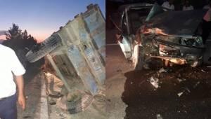 Otomobil Traktöre Çarptı, 3 Yaralı
