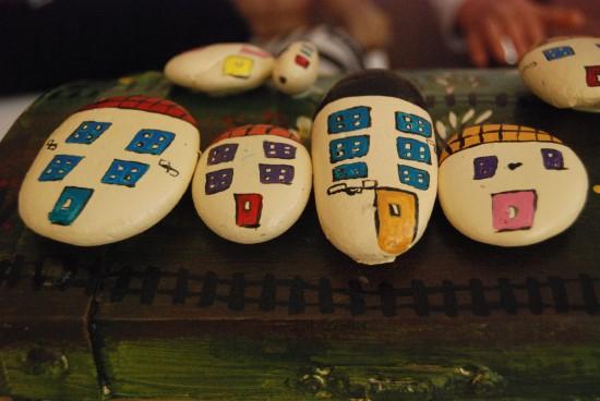 Taşlar kadınların ellerinde sanata dönüşüyor