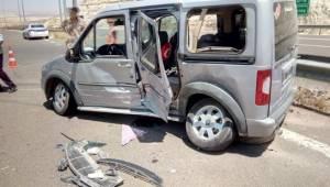 Ticari araçla otomobil çarpıştı: 3'ü çocuk 7 yaralı