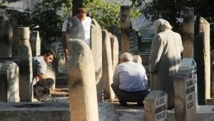 Bayramın İlk Ziyareti Mezarlıklara Yapıldı