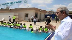 Demirkol, Yüzme Kursundaki Gençlerle Buluştu