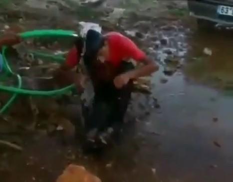 Fıstık çaldığı iddia edilen genci hortumla ıslatıp dövdüler