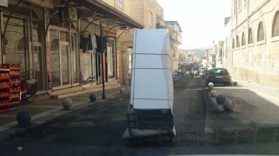 Motosikletle ilginç buzdolabı nakliyesi