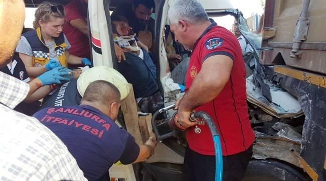 Yolcu Otobüsü Kamyona Çarptı 8 Yaralı