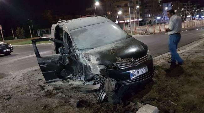 Hafif Ticari Araç ile Otomobil Çarpıştı, 2 Yaralı