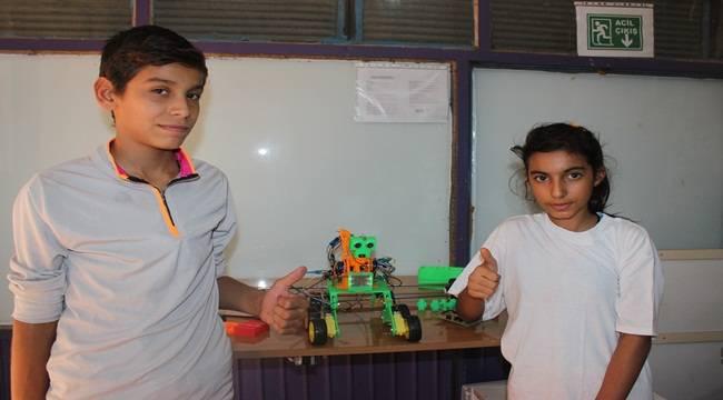 Öğrenciler Konuşan ve Sorulara Cevap Veren Robot Üretti