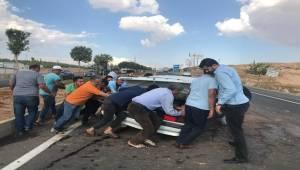 Otomobil Refüjdeki Ağaca Çarptı 4 Yaralı