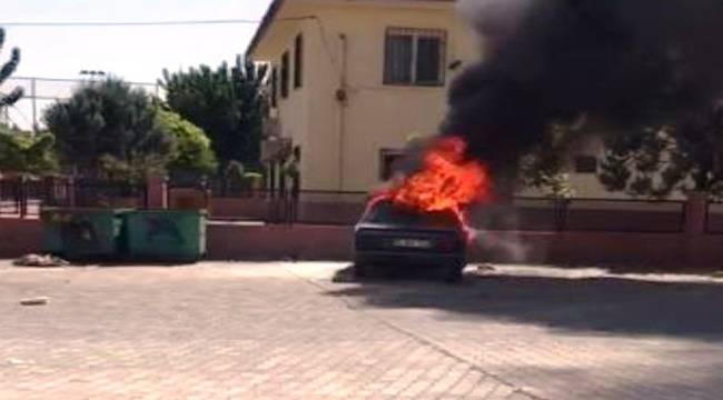 Urfa'da Çocuklar 2 Otomobili Ateşe Verdi