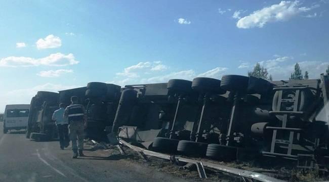 Urfa'da Devrilen Tırın Sürücüsü Yaralandı