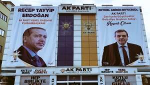 AK Parti Şanlıurfa İl Binasına Pankartlar Asıldı