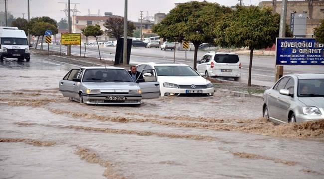 Bir Saatlik Yağmur Yolları Göle Çevirdi