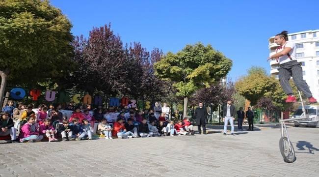 Çocuklar Jonglör Gösterisiyle Eğlendi