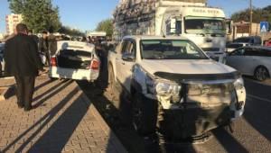 İki araç kafa kafaya çarpıştı 2 yaralı