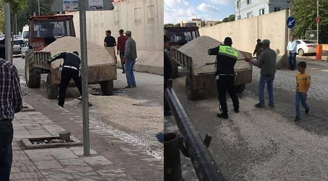 Polis Memuru Hem Trafiğe Hem De Yol Çalışmasına El Attı