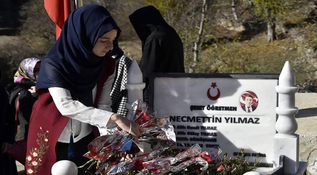 Şehit Öğretmen Necmettin Yılmaz'ın Kabrine Ziyaretçi Akını