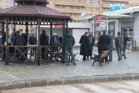 Yağmur altında saatlerce cenazelerini bekliyorlar